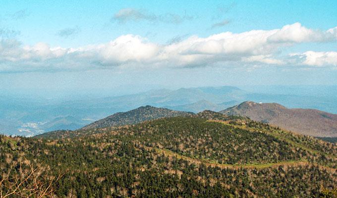 茶臼岳山頂から新登山道の山々