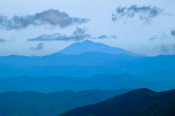 屋棟岳山頂から見た津軽の名峰岩木山