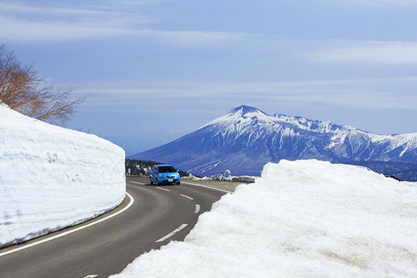 岩手山と雪の回廊