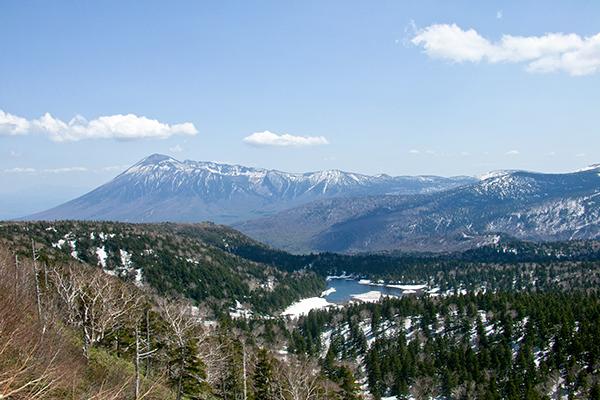 春の八幡平からの岩手山